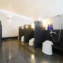 *【風呂(大浴場)1】洗い場には、シャンプー・コンディショナー・ボディソープを置いています