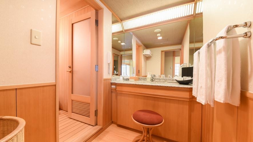 **【部屋(ジャパンスイート)】広々としたパウダールーム。鏡は3面鏡となっております。