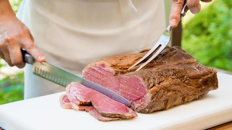 **【レストランセントロ(一例)】目の前で切り分けるローストビーフは絶品です