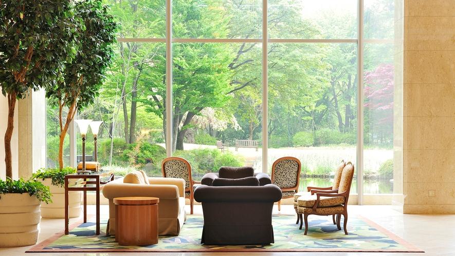 **【館内・ロビー】庭園を眺めるロビーは、ソファーに座っているだけで心が休まるスポットです