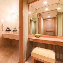 *【部屋(ダブルスイート)】広々としたパウダールーム。鏡は3面鏡となっております。
