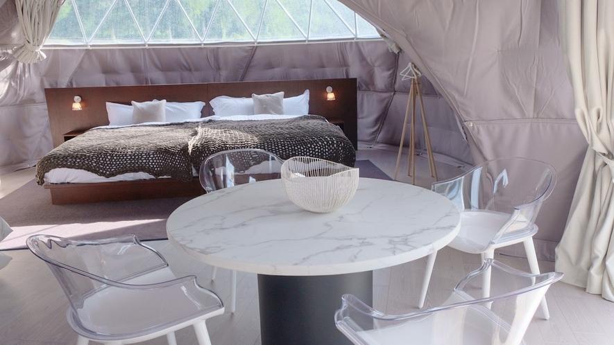リビング(7m)にはドームの名前トム・ディクソンがデザインしたテーブルを配しています(EXトリプル)