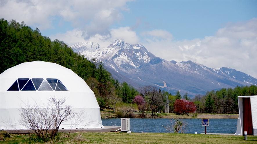 霊仙寺湖と北信五岳を楽しめる絶好のロケーション