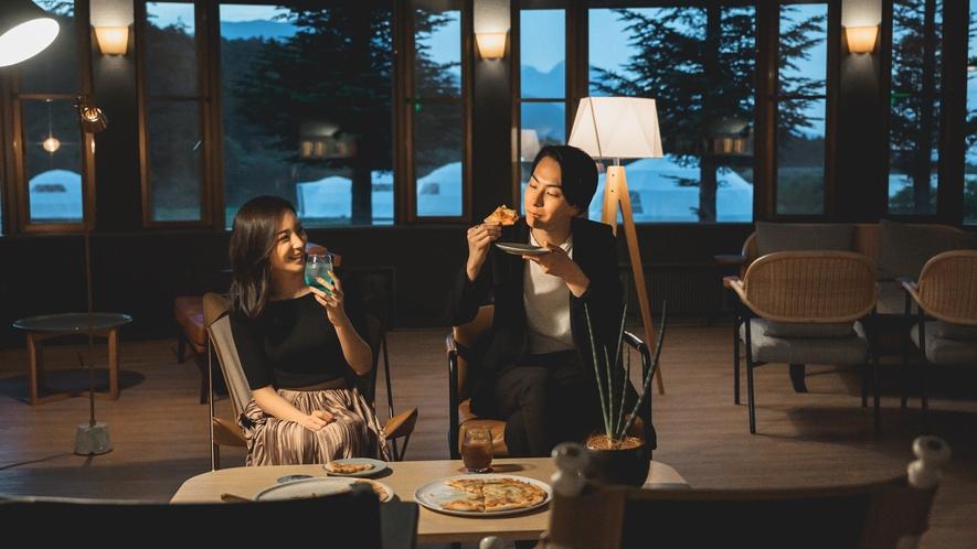長野県産のチーズやりんごを使用した石釜ピザなどの軽食もご用意しております(オールインクルーシブ)