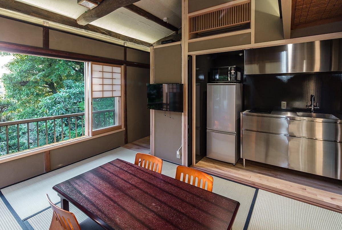 2F Temple View Suite (居間)