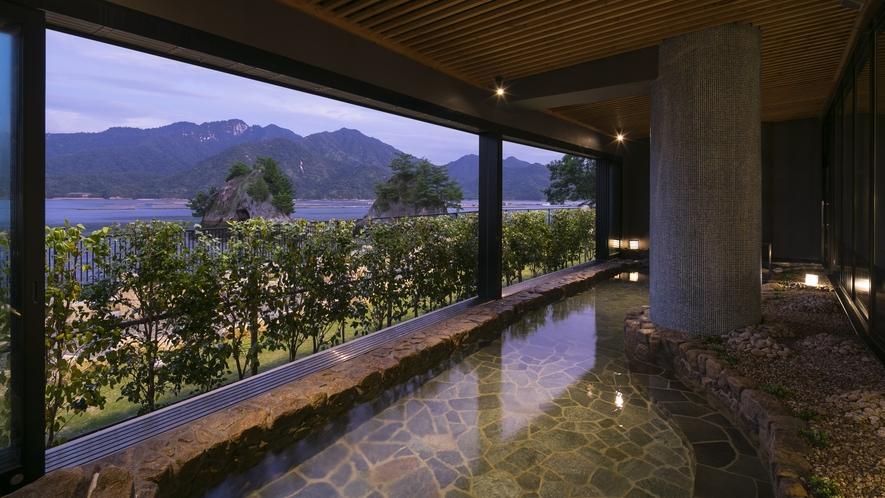 ■天然温泉「日本三景 みやじまの湯」露天風呂で宮島を眺めながら入浴。
