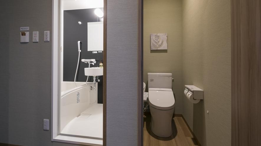 <客室 セパレートバス>バスルームは洗い場があり、個別のお手洗いはウォシュレット機能付トイレを設置