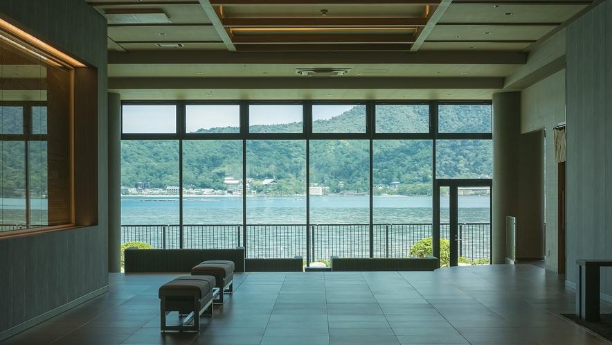<ロビーから臨む宮島の景色>玄関よりお入り頂くと正面に宮島の景色をご覧いただけます。