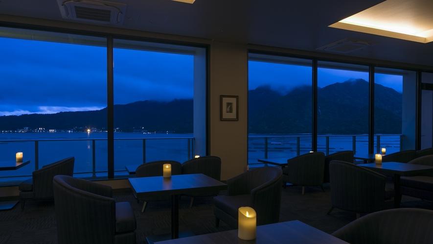<展望バーラウンジ瀬戸>客席からの瀬戸内海と宮島の夜景