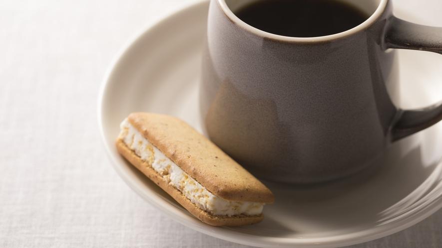 <客室>エグゼグティブツイン・スイート限定 広島名物メイプルバターサンドをコーヒセットと共に準備