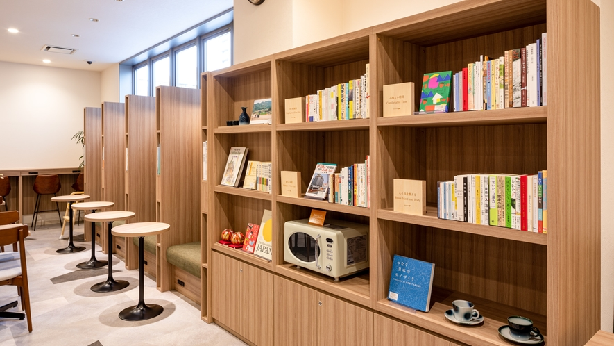【ライブラリーカフェ】選書のプロがセレクトした100冊以上の本◆地域にまつわる情報誌や旅行誌をご用意