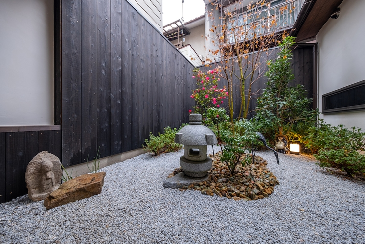 京都町家ならではの庭園からは四季の移ろいを感じることができます。