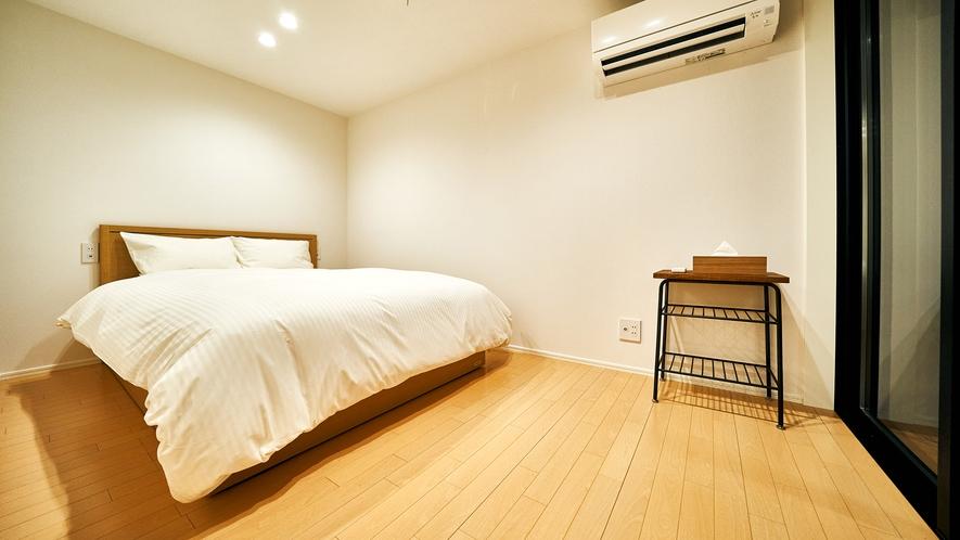 寝室② 幅140㎝のダブルベッド