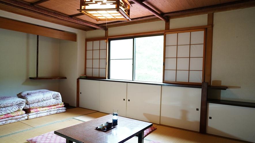 【西館・和室12畳】当館で一番広いお部屋。お布団は、お部屋の一角に畳んでおります。