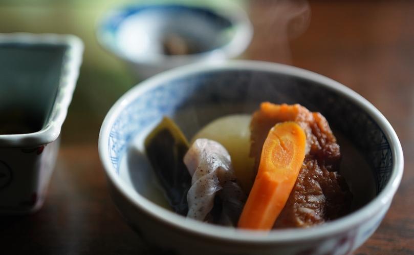 ご朝食【信州山ごはん】地元の契約農家で採れた季節のお野菜を煮物で。野菜の旨みたっぷり。