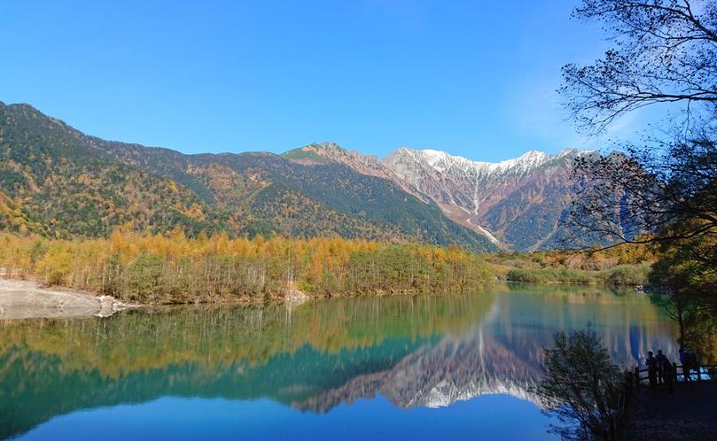 紅葉に差し掛かった、明神池。風のない日は、水鏡の景色がご覧いただけます。