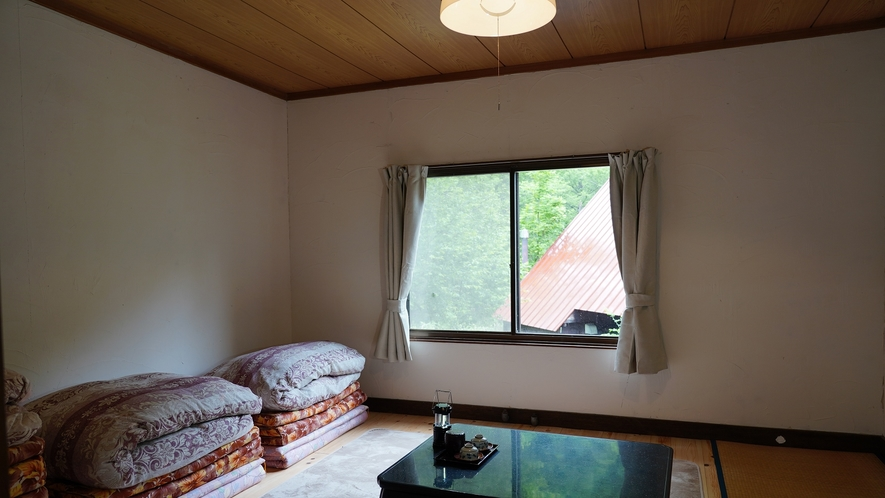 【西館・板の間13平米+2畳】目の前には雄大な明神岳を望み、四季折々の自然を感じるお部屋です。