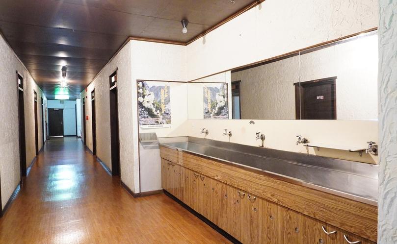 西館(2階)共同の洗面設備です。