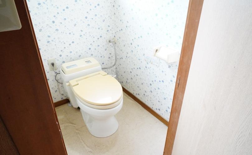西館(2階)の共同トイレ。簡易水洗です。