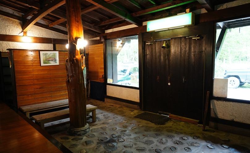 玄関先は、広々としている土間の空間。こちらで腰をかけ、ゆっくり身支度してくださいね。