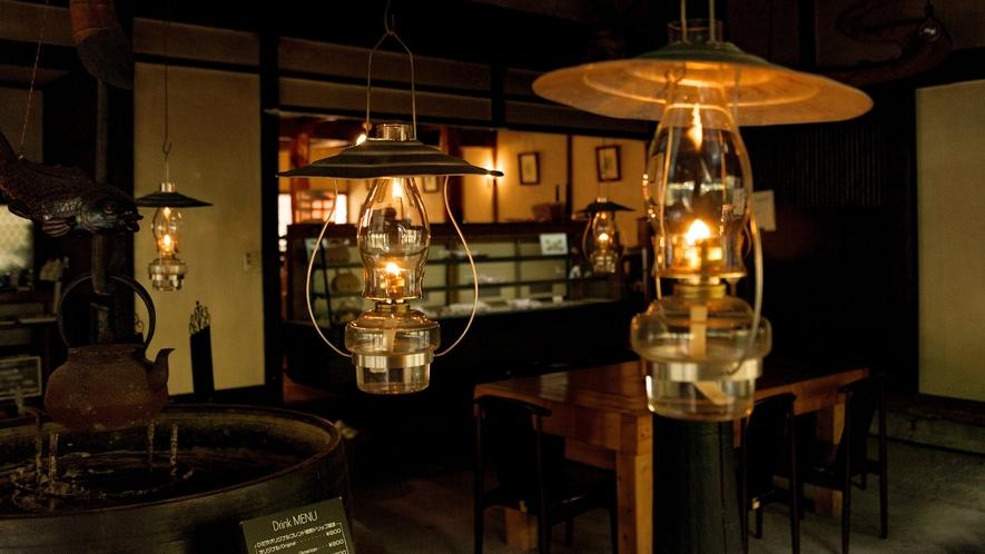 館内ロビーや併設のカフェには、温かいランプが灯ります。