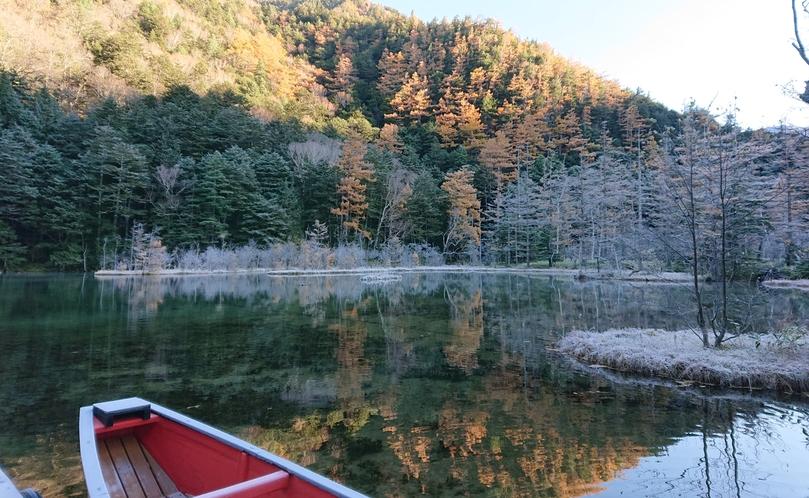 秋の明神池。11月の朝は、霜が降りる事も。
