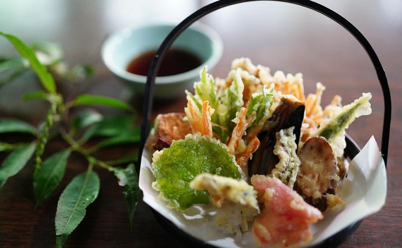 【贅沢・信州山ごはん】清流で育った岩魚や山菜の天ぷらを揚げたてで。