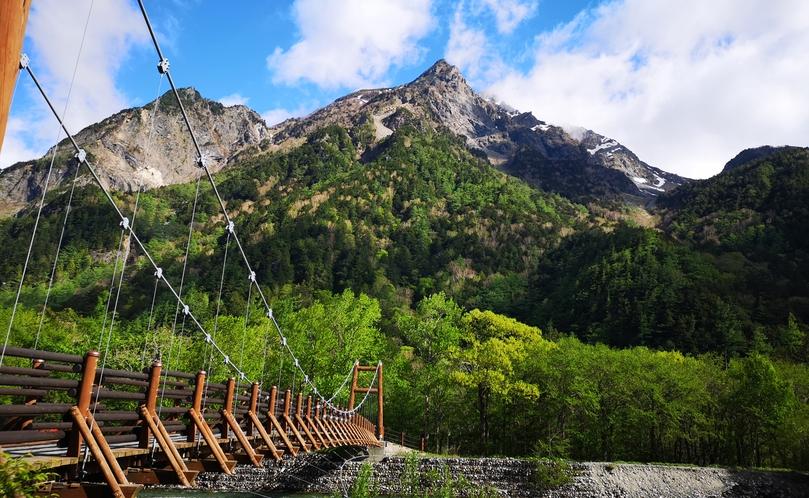 晴れた日の、明神橋から望む明神岳。