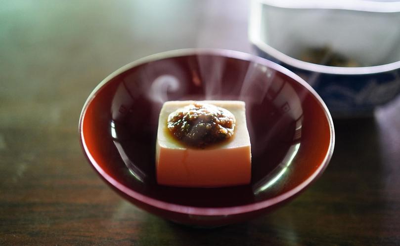 【信州山ごはん】自家製えごま味噌を添えた、温かいお豆腐