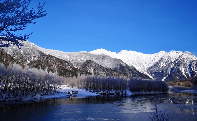 冬の明神池。冬季は閉鎖となりますが、写真で冬景色をお届けします。