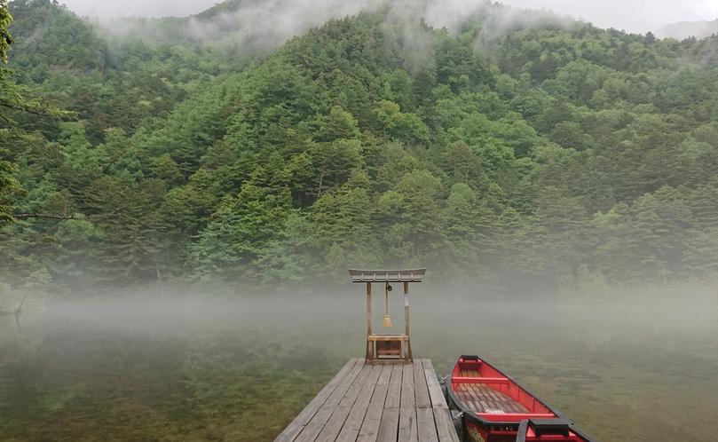 幻想的な、朝もやの明神池。季節により、様々な表情を見せてくれます。