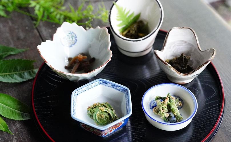 【贅沢・信州山ごはん】山の小鉢5点盛り。山菜を中心にしたお料理。お酒にもよく合います。