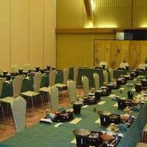 長テーブルの食事スタイル