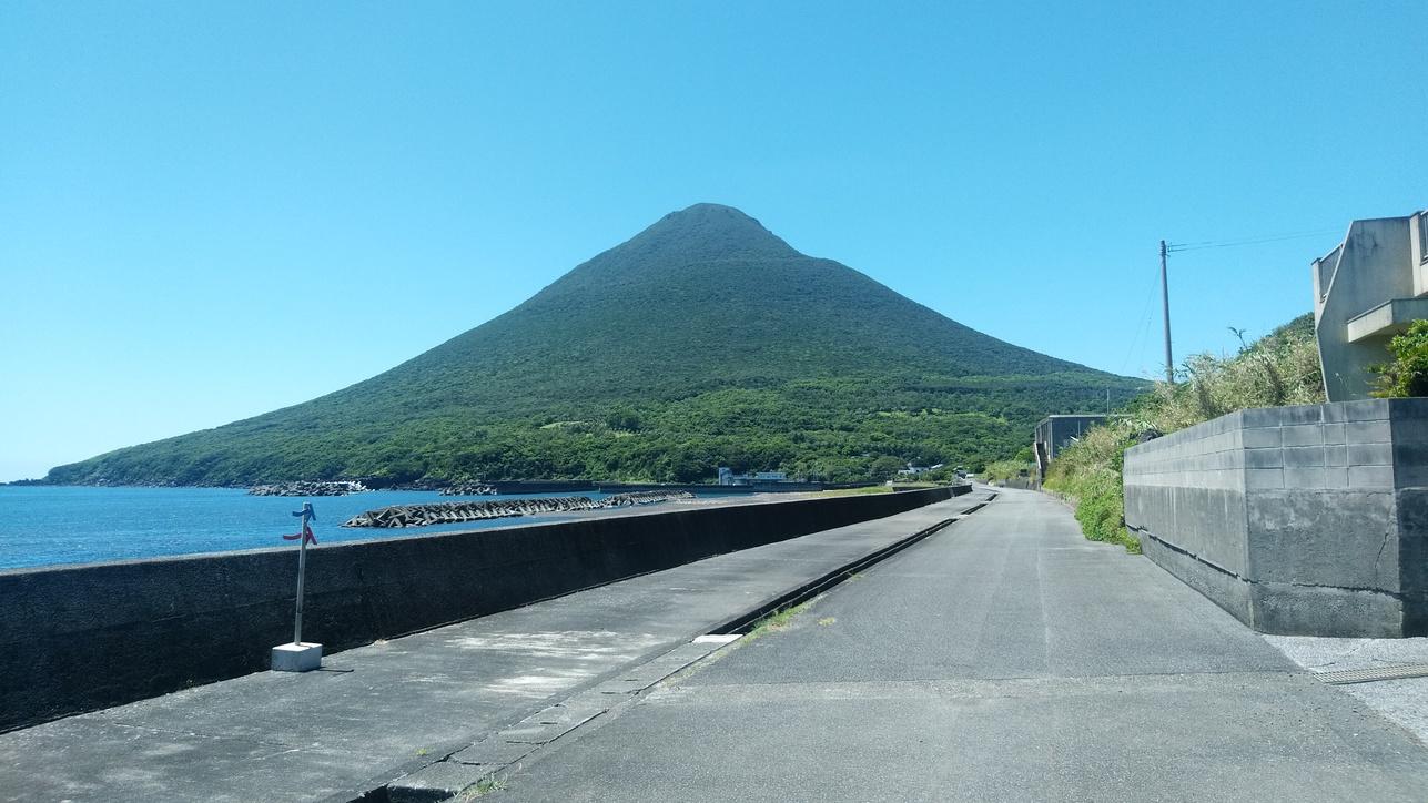 徒歩20秒の海から望む開聞岳