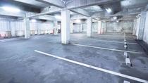 地階には屋根付き駐車場、雨の日も安心