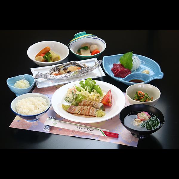 夕食一例(レタスの豚肉巻き)。地元食材のまごころ手料理は日替わりメニュー。