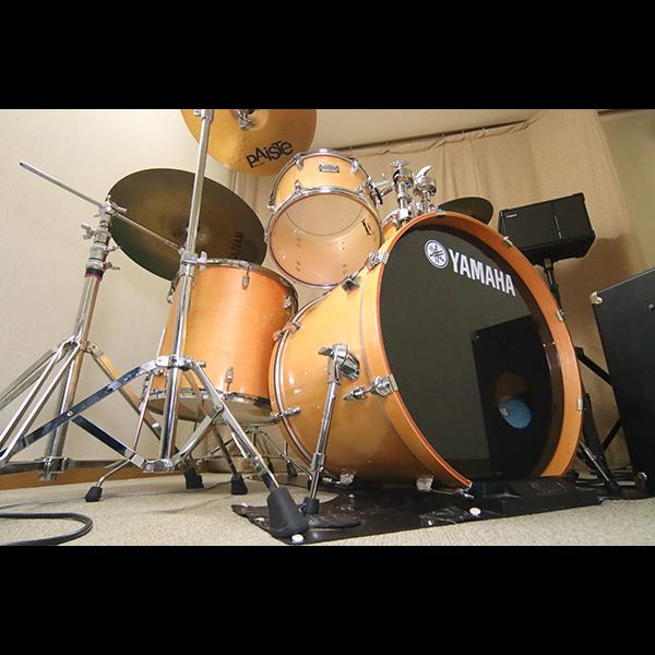 楽器◆スタジオのドラムはYAMAHA、多目的ホールにはdwのドラムを完備。