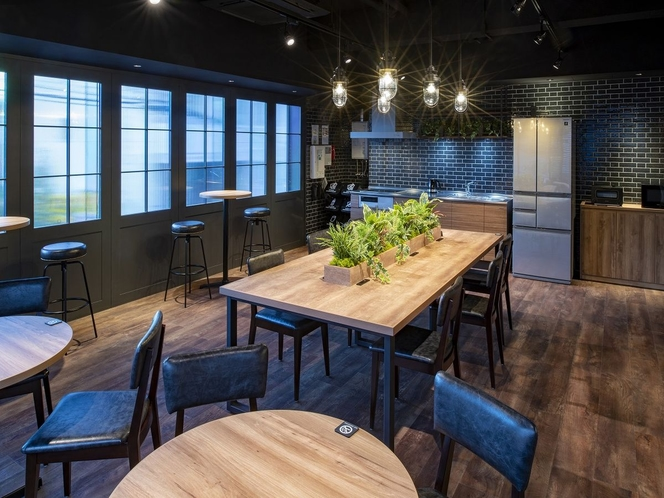 【シェアスペース】シェアキッチンが設置された、シェアスペース。友人との交流や、くつろぎのスペースに。