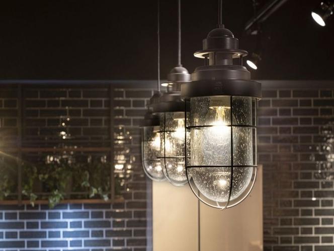 【デザイン事務所設計の小樽ならでは】ガラス細工のペンダント照明や、マリンスタイルの照明を採用