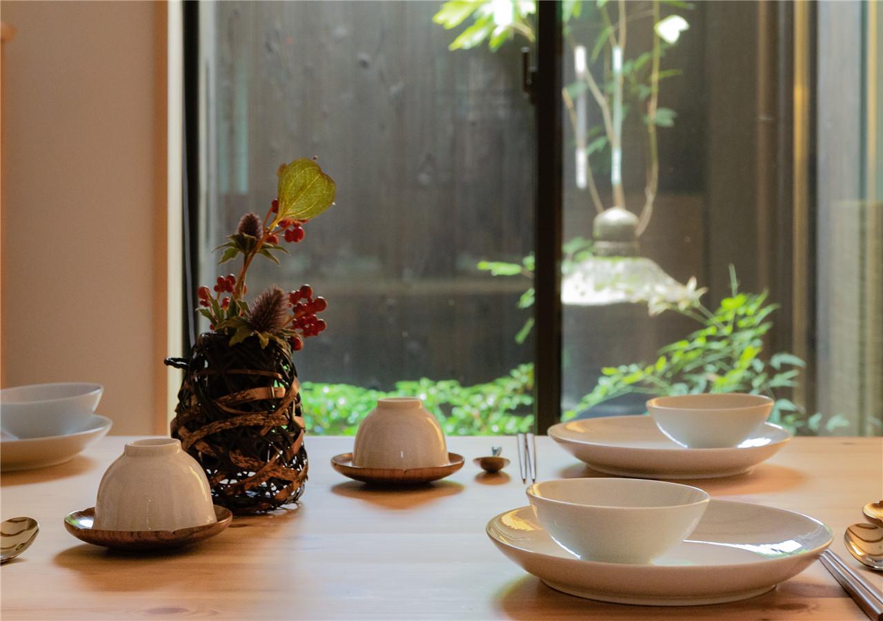 時間ごとに様々な表情を見せる、「和風庭園」を見渡すリビングルーム
