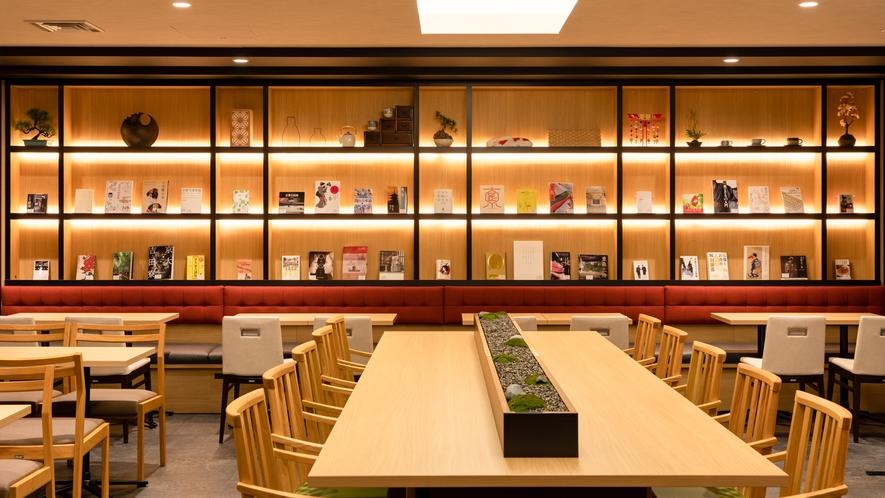 【ライブラリーカフェ】プロが選書した書籍を設置しております。フリードリンクと共にご利用ください。