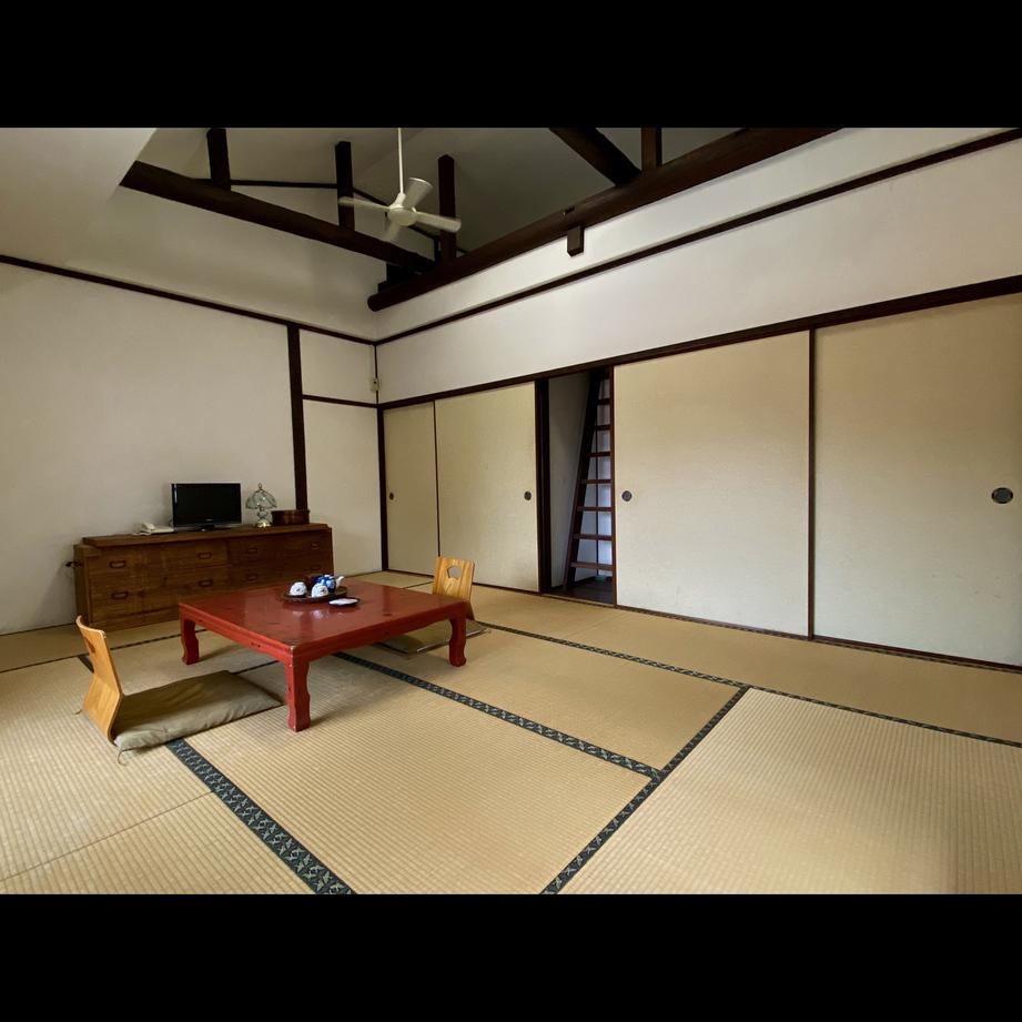 【ロフト付き和室】ロフトへ続く階段は普段はふすまに隠れています。隠れ家のような雰囲気★