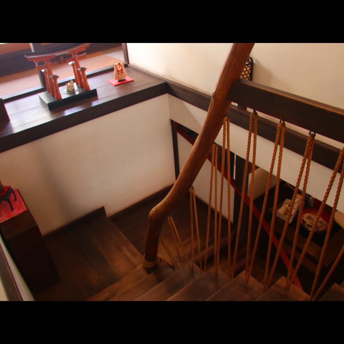 館内の階段。職人のこだわりも随所にございます。