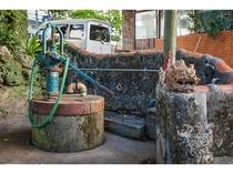 ホテル前の浮島通りから連なり交錯する多くの個性的で魅力的な「壺屋やちむん通り」東ヌカー(東の井戸)