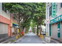 ホテル前の浮島通り、東からの入り口。魅力的で個性的な新旧の店舗が入り混じる小路。