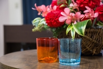【全室共通】琉球グラスの色違いペアコップを設置