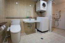 【ワイドツイン】36㎡ 最大定員5名 独立したバスルームとトイレルーム、洗面台、ランドリーコーナー
