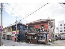 ホテル前の浮島通り、龍門さん。魅力的で個性的な新旧の店舗が入り混じる小路。