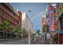 ホテル前の浮島通りから連なる多くの個性的で魅力的な「国際通り」
