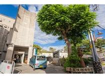ホテル前の浮島通りから連なり交錯する多くの個性的で魅力的な「壺屋やちむん通り」壺屋焼物博物館